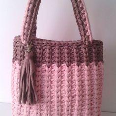 Bu çekimde çantanın tonu daha net gözüktü... İlgi gösteren herkese teşekkür ediyorum.... Bilgi ve sipariş için DM lütfen.... . . . #örgü #orgu #çanta #bag #crochet #crochet #knitting #cluch #knitbag #crochetbag #sepet #penyeip #örgüsever #örgüseverler #portföyçanta #çanta
