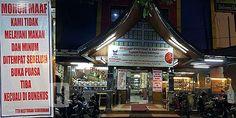 Hormati yang Puasa Rumah Makan Ini Malah Omzet Meningkat  [portalpiyungan.com] Rumah Makan Padang ini patut dijadikan contoh bagaimana mengelola rumah makan di bulan suci Ramadhan yang penuh berkah. Seperti yang dilakukan Restoran Padang Sederhana di Jalan Perintis Kemerdekaan Tamalanrea Makassar Sulawesi Selatan ini. Selama Ramadhan restoran ini tetap melayani pemesanan dalam bentuk bungkusan. Tetapi tidak melayani pelanggan yang ingin makan di tempat sebelum waktu berbuka puasa tiba. Di…