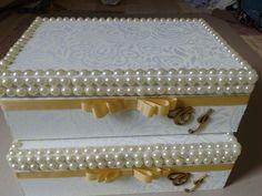 Caixa em mdf, revestida com tecido 100% algodão, com pérolas, fita gorgurão, e iniciais dos noivos, podendo ser de apliques ou bordados