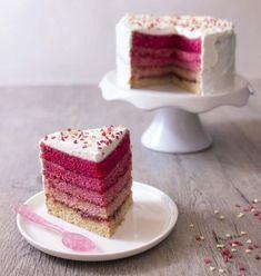 Après le rainbow cake, je craque pour le pink rainbow cake qu'avait réalisé Anne-Sophie, gagnante de l'émission Le Meilleur Pâtissier. J'ai juste préféré le couvrir de crème chantilly plutôt que de pâte à sucre.