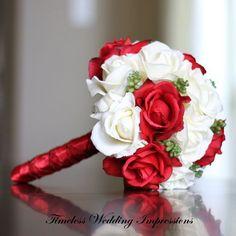 Rosas blancas y rojas. Ramos de novia para bodas navideñas #Ramodenovia #Navidad #bodas