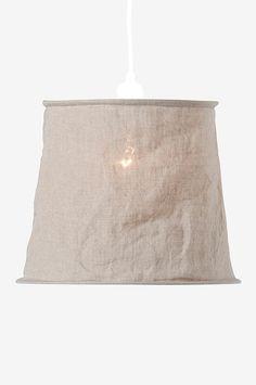 Vivianne är en vacker lampskärm i stentvättad linne med en skrynkligt effekt. Lampskärmen kan vändas upp och ned, så att du kan använda den både som en bords-/ golvlampskärm samt som hängande lampskärm. Höjd 25 cm, diameter 32 cm.