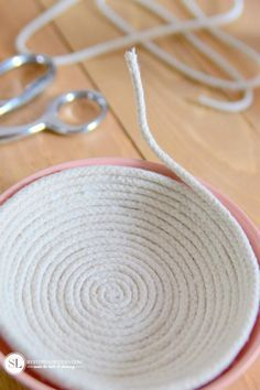 Discover thousands of images about Coiled Rope Bowl Rope Crafts, Diy Home Crafts, Yarn Crafts, Fabric Crafts, Sewing Crafts, Sewing Projects, Rope Basket, Basket Weaving, Rope Rug
