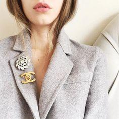 PINmania, os broches estão em alta. Use a criatividade e adicione charme ao visual colocando broches, podem ser usados na lapela, na gola da camisa, em peças jeans, bolsas e etc.