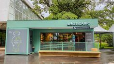Conheça 3 projetos comerciais que priorizam a sustentabilidade (Foto: Luciana Prézia) Pharmacy Design, Retail Space, Store Fronts, Spaces, Outdoor Decor, Home Decor, Sustainable Development, Sustainability, Getting To Know