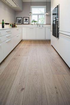 15 Marvelous Good ideas For Wooden Floor Tiles, Wooden Flooring, Kitchen Flooring, Safari Home Decor, Hardwood Floor Colors, Open Plan Kitchen Living Room, Refinishing Hardwood Floors, Scandinavian Kitchen, Wooden Kitchen