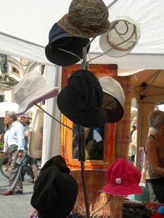 Cappelli: bancarella di abbigliamento vintage all'interno di un mercato rionale di Firenze #travel #italy #tuscany #florence
