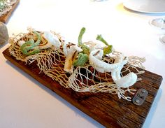 Empieza el menú Festival con estas espinas de anchoa en tempura de arroz de Pals y tempura de alga nori. Celler Can Roca