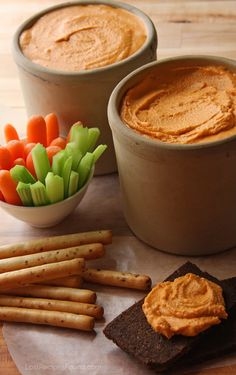 Kentucky beer cheese is a culinary delight that originated in Clark County, Kentucky. Learn more about the variations on this dish and visit the Kentucky Beer Cheese Trail! Piri Piri, Ritz Crackers, Kentucky Beer Cheese Recipe, Eating Carrots, Tailgating Recipes, Cheese Spread, Dip Recipes, Beer Recipes, Recipies