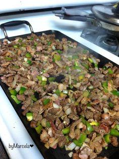 Tacos futboleros o de discada INGREDIENTES: Sirloin o pulpa negra Tocino (no muy delgado) Cebolla Pimiento morron Sal y pimienta Salsa al gusto Limón Tortillas de harina o maíz …