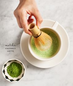 The best matcha latte recipe, and a step-by-step guide to how to make matcha. This latte is a creamy, delicious, antioxidant-filled drink. Coconut Latte Recipe, Matcha Latte Recipe, Yummy Drinks, Healthy Drinks, Healthy Desserts, Healthy Recipes, Café Latte, How To Make Matcha, Matcha Green Tea Powder
