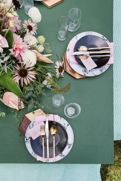 This tablescape is so cool and contemporary.