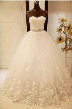 Elegant Sweetheart Sleeveless Ball Gown Wedding Dress With Tulle Lace Beadings