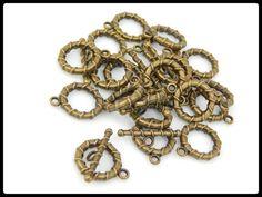 BROOV -03 Broche T en oro viejo, medida 2 cm, precio x gramo $.60 centavos, precio medio mayoreo (100 gramos)$.55 centavos, precio mayoreo (250 gramos)$.50 centavos, precio VIP(500 gramos) $.45 centavos