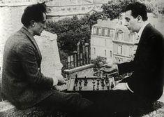 Marcel Duchamp et Man Ray jouant aux échecs sur les toits du Théâtre des Champs Elysées, Paris (playing chess on the roof of the Théâtre des...