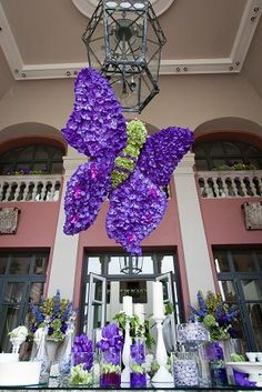 caprichia.com Weddings & Occasions: breathtaking hanging butterfly with fresh vanda orchids and sweet setup in lavender and cream tones for a wedding Marbella. Photography by Pierre Richardson.
