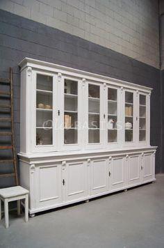 Winkelkast 10014 - Prachtige unieke oude winkelkast in een grijs witte kleur. Deze grote kast heeft zes vitrine deuren en zes dichte deuren. De kast bestaat uit twee delen. Een mooie eyecatcher voor in een winkel of een grote ruimte!