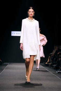 Sfilata Curiel couture: linee pulite e semplici, l'abito perfetto per la sposa che non ama gli eccessi