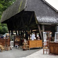 One of the loveliest and largest fairs in Normandy, the yearly Foire Des Andaines features over vendors stretching their stalls along a 5 km forest road between Saint Michel des Andaines and Bagnoles de l'Orne Store Displays, Booth Displays, Retail Displays, Jewelry Displays, Window Display Retail, Window Displays, Flea Market Booth, Visual Merchandising Displays, Antique Fairs