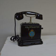 Charmig gammal Rikstelefon Vintage Telephone, Landline Phone, Desk, Antique Phone, Desktop, Office Desk, Offices, Table, Desks
