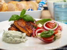 Kylling med tomatsalat og tzatziki Tzatziki, Dinner Recipes, Dinner Ideas, Turkey, Lunch, Meat, Chicken, Food, Grill