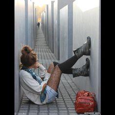 Esta imagem foi capturada em um memorial em Berlim, na Alemanha. A fotógrafa, Adrianne Amri, diz que toda vez que olha para a foto sente que a pessoa capturada à distância não consegue escapar do olhar fixo da mulher em primeiro plano.