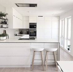 White, white and more white 🙌🏻 something about an all white kitchen that looks so fresh and clean - from the home of 👈🏻 All White Kitchen, New Kitchen, Kitchen Dining, Kitchen Ideas, Kitchen Interior, Home Interior Design, Interior Modern, Cocinas Kitchen, U Shaped Kitchen