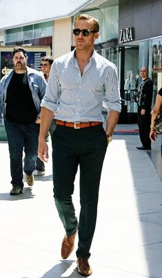 Ryan Gosling ha porta una camicia bianca, una cintura cafe, jeans neri, le scarpe cafe, e gli occhiali da sole. - Alice Chiu