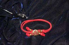 Pulsera hilo cuero rojo ajustable  con cuentas doradas triskel
