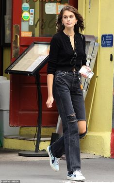 Kaia Gerber sports an edgy pair of ripped jeans while out and about in Manhattan Looks Street Style, Model Street Style, Look Fashion, Fashion Outfits, Womens Fashion, All Black Fashion, Jeans Fashion, Fashion Weeks, Petite Fashion