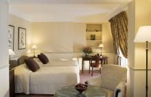 Great hotel in Paris - could see Notre Dam, The Lourve, Jardin des Tulleries and Eiffel Tower from our window - must visit here again!