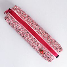 The pen case consisting of pink kimono fabric and a vivid pink zipper will brightly stand out on your desk.