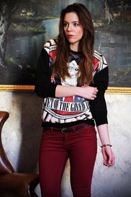 poltrona in pelle vintage outfit red pants comix sweater www.ireneccloset.com