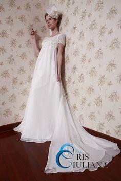 エンパイアラインのウエディングドレスです<br /> 生地:サテン、シフォン<br /> 色: オフホワイト、ホワイト
