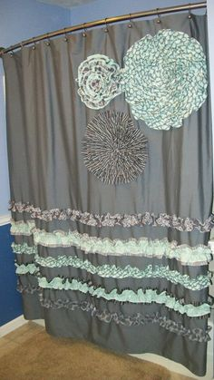 tolles badezimmer makeover mithilfe eines duschvorhangs stockfotos pic der abeeeaabadea