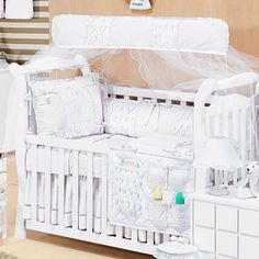 O Kit Berço Algodão Doce é um clássico branco no estilo provençal que vai conquistar as mamães românticas! Ele foi a escolha da atriz Roberta Rodrigues para o quarto de bebê de sua filha Linda Flor!