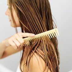 Voici comment faire un revitalisant sans rinçage DIY au lait de coco, qu'on vaporise directement sur les cheveux une fois hors de la douche. Ça sent super bon!