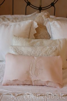 DIY: Vintage Tea Towel Pillow Tutorial - clear instructions & lots of pics. I needed this pin bc I have a ton Sewing Pillows, Diy Pillows, Decorative Pillows, Glam Pillows, Cushions, Shabby Chic Vintage, Shabby Chic Decor, Vintage Linen, Diy Broderie