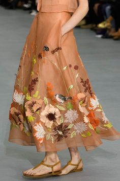 Jasper Conran at London Fashion Week Spring 2017 - Details Runway Photos Fashion 2017, Fashion Dresses, Womens Fashion, Fashion Trends, London Fashion, Fashion Weeks, Fashion Online, Embroidery Fashion, Embroidery Dress