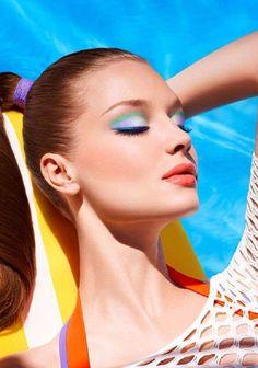 maquillage yeux avec eye-liner en bleu et fards à paupières en vert et violet pâle