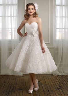 Normally I don't like short wedding dresses but this is amazing!!!!!!!!!!!!!!