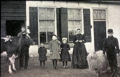 Gezin voor woning van de Maatschappij van Weldadigheid, Frederiksoord, eerste helft 19de eeuw
