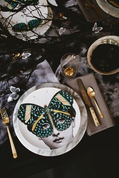 When you have plan for halloween table settings , you need to recall at all times about fun, traps and treats. Try not to be reluctant to put it all out there and you'll have a win each Halloween. Dinner Sets, Dinner Table, Party Decoration, Table Decorations, Halloween Table Settings, Fiestas Party, Luxury Home Decor, Tablescapes, Dinnerware