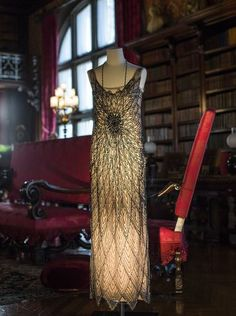 A dress worn by Lady Mary Crawley in « Downton Abbey » stands on display in the library at Biltmore (Photo: Katie Bailey/bkbailey@citizen-times.com)