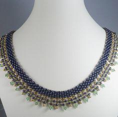 Ces magnifiques pourpre riche deux perles Super Duo de trou sont tissés avec minuscule permanent finition perles dorées en plusieurs tailles. Ces perles de verre sont tissés avec la goutte dor perles et de cristaux de Swarovski double cône en vert pour faire une bordure décorative déclaration. La largeur totale est de 1 et la longueur 19.5 avec une chaîne 2 extendeur finie avec une goutte de cristal. Fermoir de la griffe. Par LiriGal Design. https://www.etsy.com/shop/IndulgedGirl