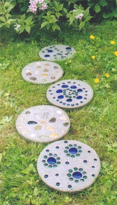 Garden Stepping Stones/ I want each of my grandkids to make one or buy one for me to put in my yard!