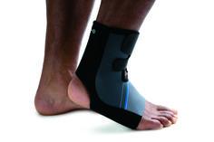 De Rehband enkelbandage 7770 is een flexibele, anatomisch gevormde enkelbandage; verbetert de bloedcirculatie en vermindert stijfheid. Past gemakkelijk in een schoen. Aanpasbaar met klittenband.