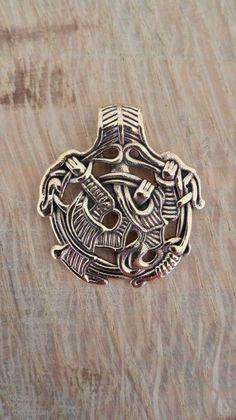 Vedhæng. Loke. Sølv: 430 kr Bronze: 110 kr.  32 x 30 mm -  Findested: Bornholm/DK, antageligt gravfund fra ca. 900 e. Kr. Viser Loke, løgnernes og de listiges  gud, smuk, men ond. Som amulet  understøtter han list, opfindsomhed  og vittighed og symboliserer livets  lyse og mørke side. Ganske lignende  hængesmykker er blevet fundet ved  Borre/Sydnorge, Vårby/Sverige og i  Ruslands berømte Gnezdovo-skat,  der blev udgravet i 1868.   Findested: Bornholm/DK, antageligt gravfund fra ca. 900 e…