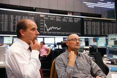 الأسهم الأوروبية ترتفع في التعاملات الصباحية مباشر: ارتفعت مؤشرات الأسهم الأوروبية بمستهل تعاملات اليوم الأربعاء مدعومة بارتفاع الأسهم الأمريكية مع استيعاب المستثمرين المخاوف بشأن القطاع المصرفي الألماني والإيطالي. وبحلول الساعة 08:45 صباحا بتوقيت جرينتش ارتفع مؤشر فوتسي البريطاني بنسبة 0.26% ليصل لمستوى 7085.99 نقطة بمكاسب قيمتها 17.56 نقطة. وارتفع مؤشر داكس الألماني طفيفا بنحو 0.02% ليصل إلى 11479 نقطة وزاد مؤشر كاك الفرنسي بنحو 0.05% بعدما وصل إلى 4850.68 نقطة ليربح نحو 2.4 نقطة. وسجل…