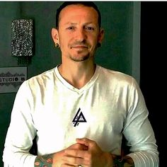 Chester Bennington looking really good. Love the LP logo on the shirt! kslp